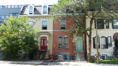 Ganz oben im roten Haus wohnt Jackie. Auch diese Häuserzeile ist längst von riesigen neuen Häusern eingekreist.