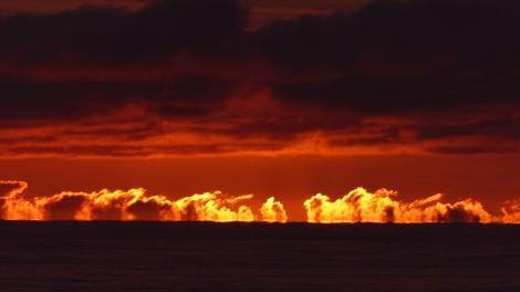 ...explodiert die Sonnen hinter den Wolken.