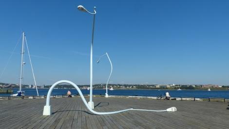 Laternenperformance am Hafen (soll die Zustände eines Betrunkenen in schlecht beleuchteten Straßen karikieren).