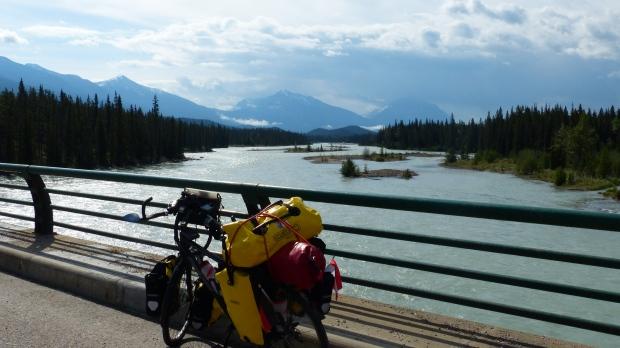 Die Brücke über den Athabaska-River hinter Jasper.