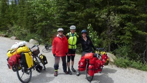 Hier kam uns ein Scheiweizer Radfahrer mit Ultraleichtgepäck auf dem Weg nach Alaska entgegen. Kurioserweise hielt im selben Momen auf dem Parkplatz ein RV mit deutschen Kennzeichen und einer mit französischen - sehr selten in Kanada.