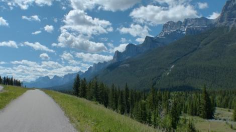 Parallel gibt es später zum Glück diesen netten Radweg.