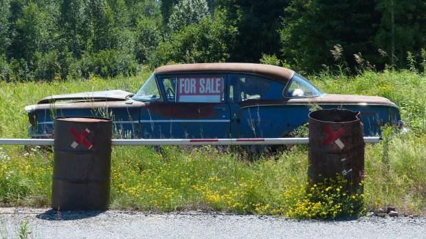 Die Leute verkaufen hier wirklich den letzten Schrott. Diesen Oldtimer mit verbeulter Haube und ohne Motor gibt es schon lange für 500 $
