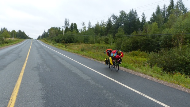 Fahrrad. Mit neuer Regenjacke.