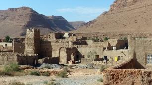 Eine alte Kasbah links der Straße